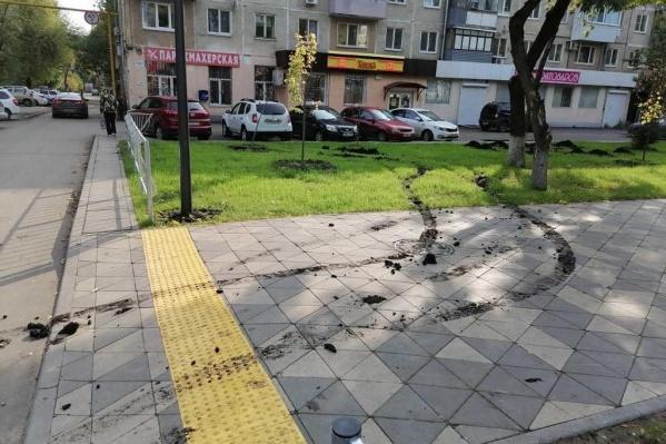Хулиганы не пощадили свежеуложенный газон...