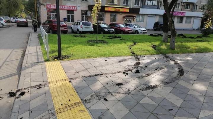 В Самаре автохамы испортили тротуар обновленного сквера на улице Авроры