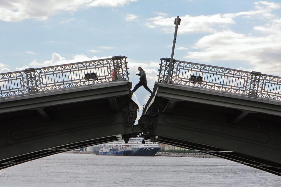 Благовещенский мост через реку Неву после реставрации (2007)