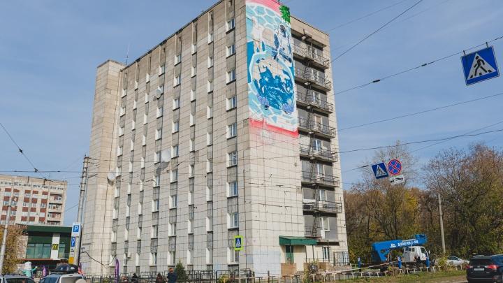 В центре Перми появились граффити, посвященные врачам, борющимся с COVID-19