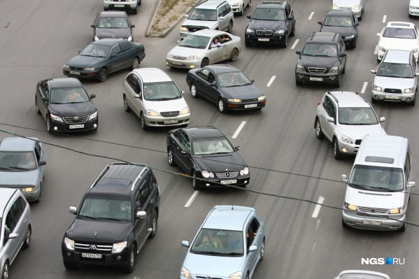 Некоторые водители пытаются объехать затор по обочине