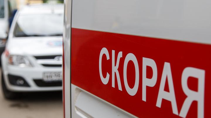 Lexus вытолкнул Mitsubishi Pajero на остановку в Волжском, под колесами оказался пешеход