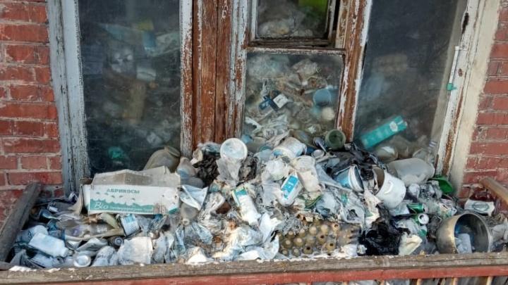 На Уралмаше из дома выселили мужчину, который завалил квартиру мусором до потолка