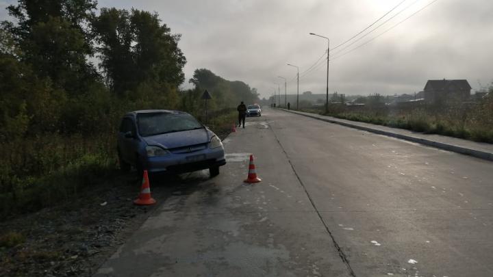 Пьяная жительница Новосибирска повезла двух дочерей в школу и перевернулась на машине