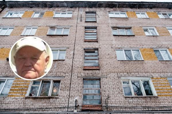 Пенсионер живет в микрорайоне Краснова