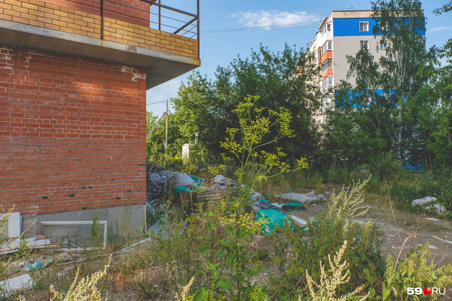 Придомовая территория завалена строительным мусором