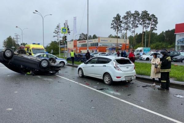 Водитель«Фольксвагена» явно о чем-то задумался и не остановился. В итоге машина перевернулась