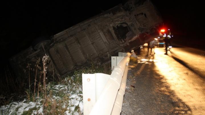В Пермском крае на трассе перевернулся микроавтобус: один человек погиб, трое пострадали