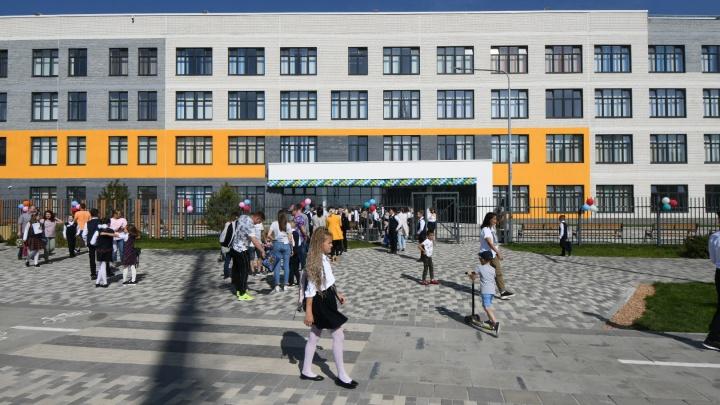 Без позолоты, но тоже крутая: как выглядит первая школа в Солнечном, на которую потратили миллиард