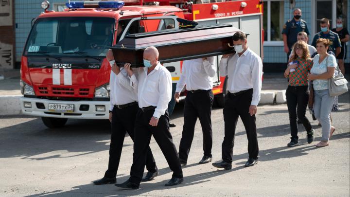 «Он боролся с огнём и ушел в него»: в Волгограде простились с погибшим после взрыва на АГЗС пожарным