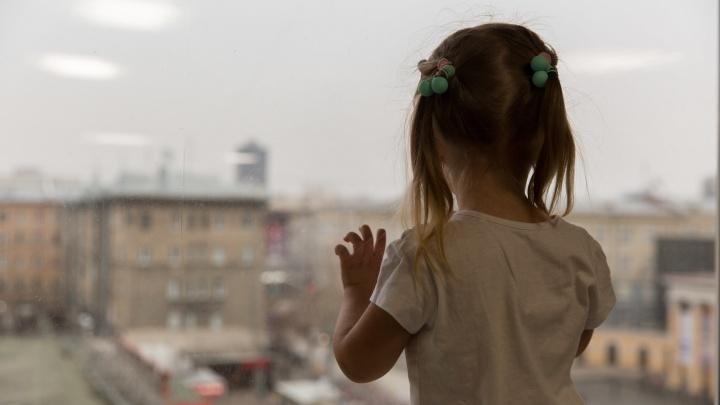 В Кузбассе из окна многоэтажки выпал двухлетний ребенок
