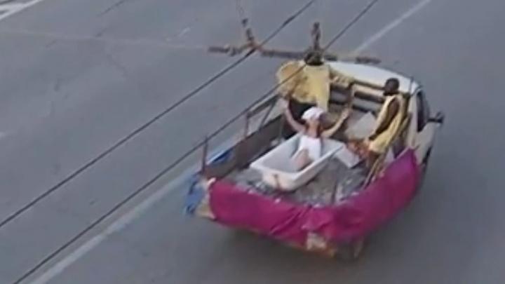 Полуобнаженная «Мисс Волгоград» проехала по городу в ванне с двумя рабами