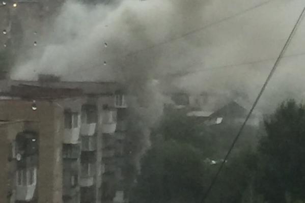 Огонь стремительно охватил квартиру на первом этаже, а дым заполнил подъезд