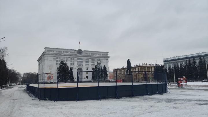 В Кемерово начали монтировать хоккейную коробку на площади Советов. Рассказываем, что еще там будет
