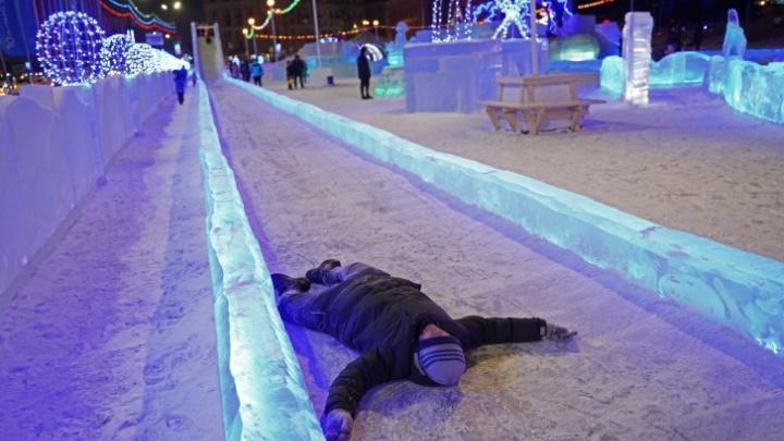 В главном ледовом городке Челябинска закрыли самую большую горку