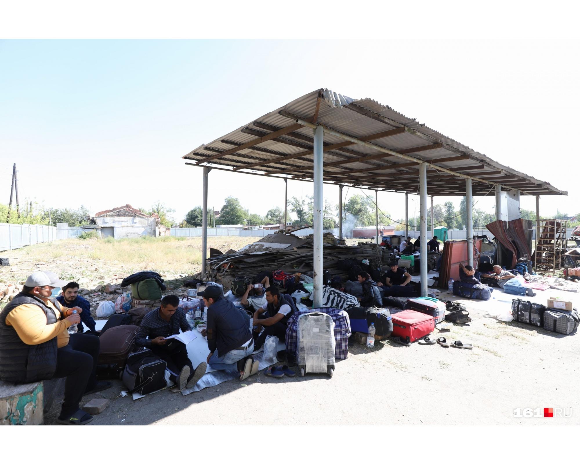 На территории стихийного лагеря живет около 200 человек. Почти все — мужчины. Женщин все же пустили в официальный ПВР