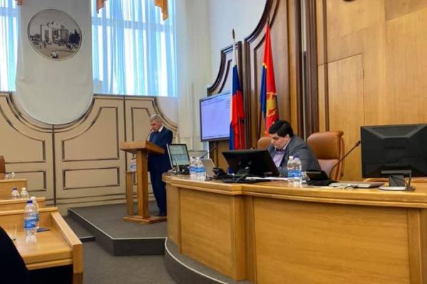 Последним руководителем ДГХ был Юрий Савин, который уволился в мае этого года. Чиновника часто критиковали во время докладов