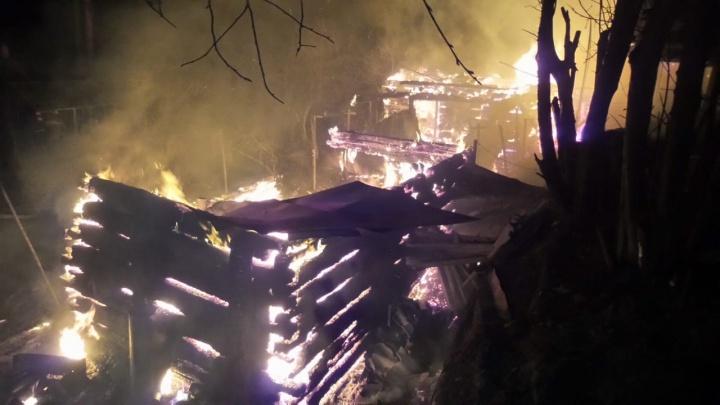 «Подруги устроили пожар и уехали»: на даче под Екатеринбургом сгорели баня, дом и машина