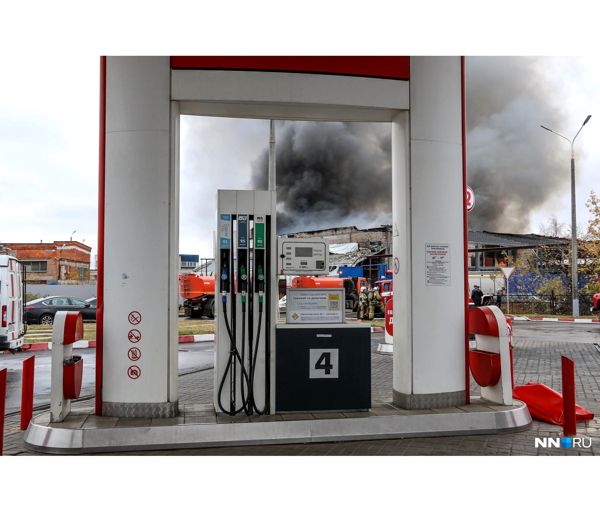 Рядом со складом находится автозаправка, пожарные старались не подпустить огонь к этому месту