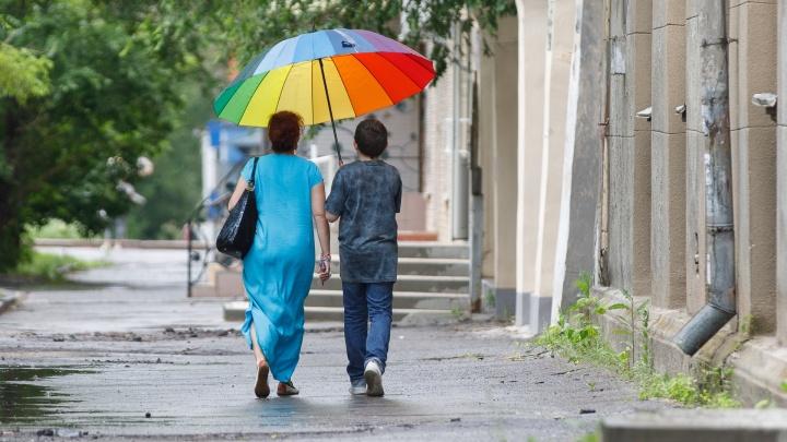 Волгоград встретил лето сильными ливнями: смотрим на промокший город и его жителей