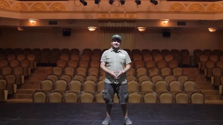 С участием «Кураж-Бамбей» сняли странный ролик о Тюмени: они сходил в театр и «Опору России»