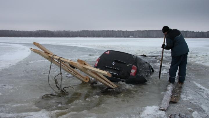 Под Заводоуковском люди едва не утонули в машине, провалившейся под лед