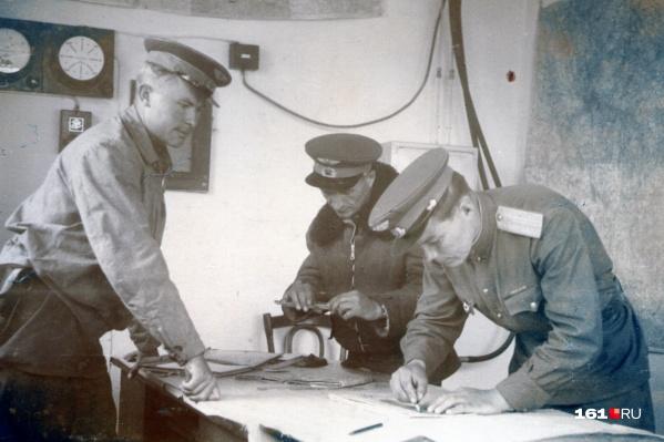 На фото, сделанном в 1944 году, Валентин Макеев (справа) готовится к боевому вылету