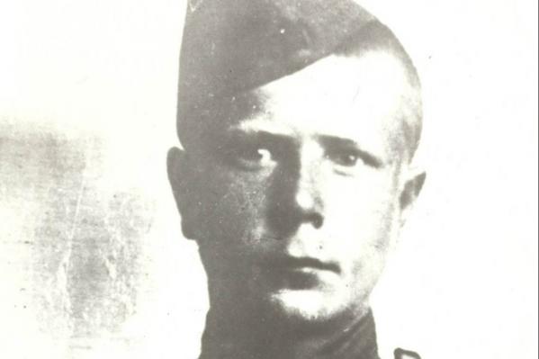 На снимке 1943 года Расиму всего 18 лет