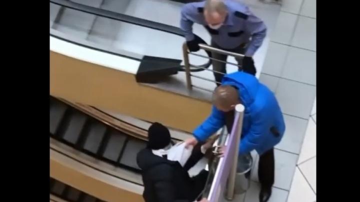 Заподозренный в воровстве пермяк пытался уйти от охранника и сорвался с третьего этажа ТРК. Видео