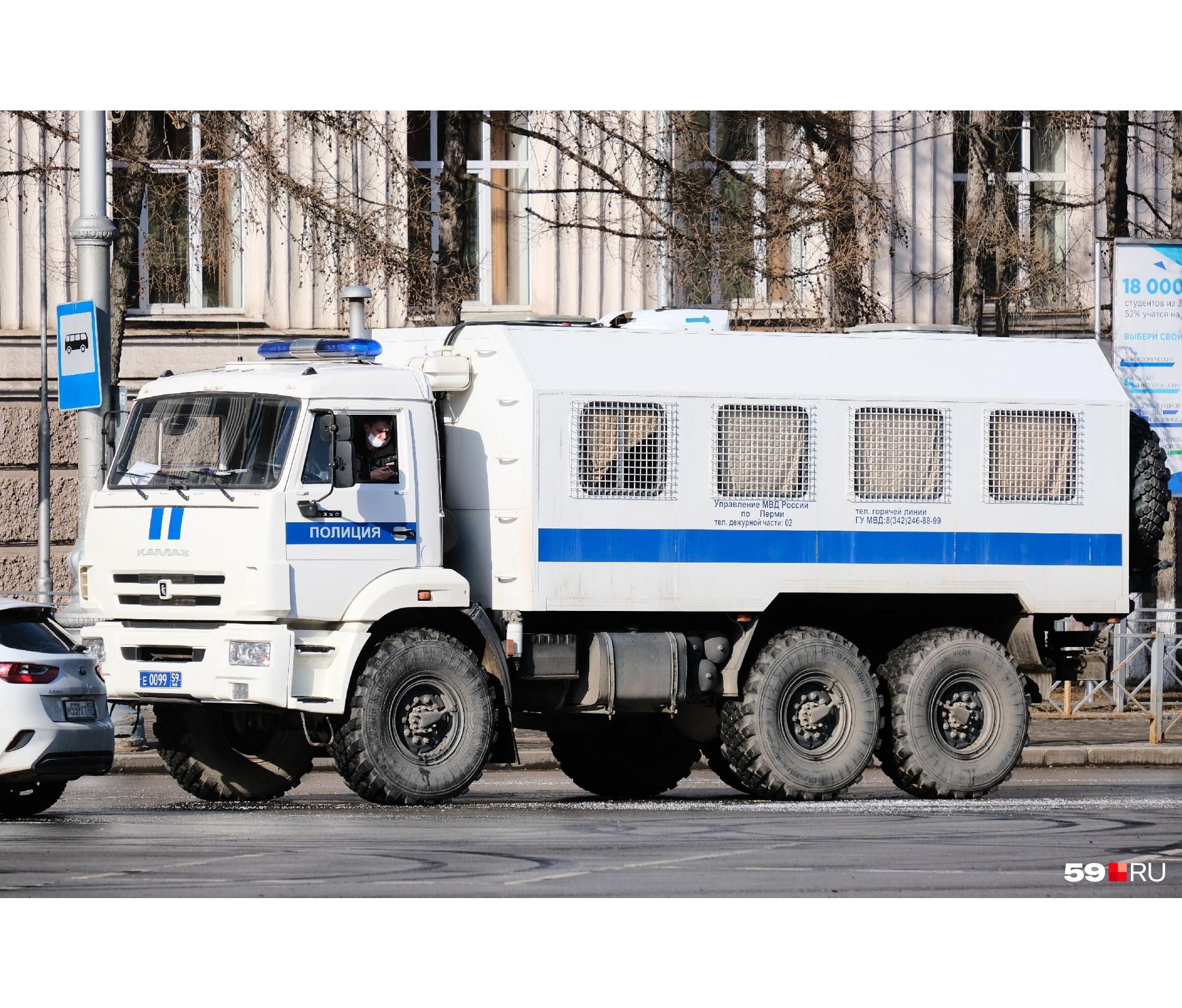 На Октябрьской площади полиция бдит за порядком