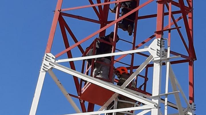 Омскому спасателю пришлось на плечах спускать 42-летнюю женщину с вышки сотовой связи