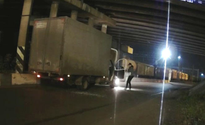 «Сам не сдохнет — других убьёт»: пьяный водитель «Газели» носился по улицам, сшибая столбы. Видео