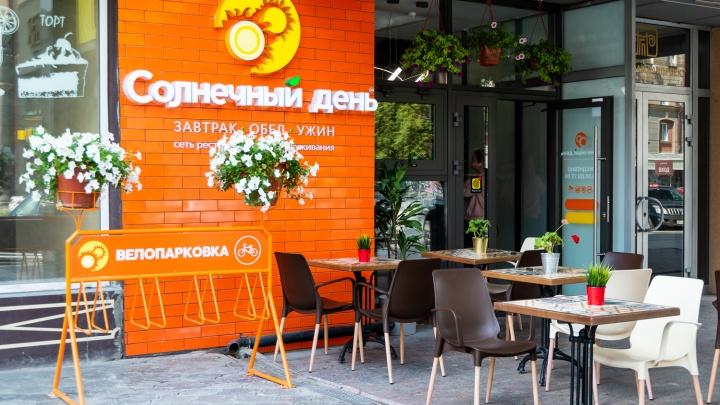 Не закрылись, а открывают новое кафе в самом центре: на обед там подают борщ с мясом и котлеты из мраморной говядины
