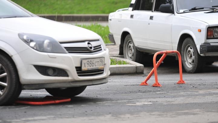 В Екатеринбурге примут правила, чтобы можно было сносить незаконные шлагбаумы и «лягушки»