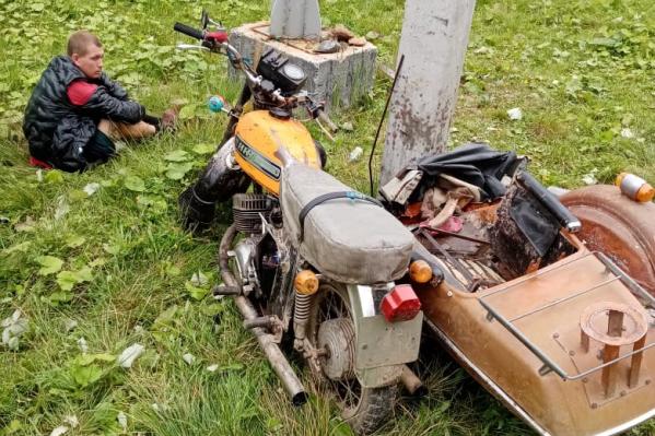 Пьяный уралец катал детей по поселку на старом мотоцикле и въехал в столб