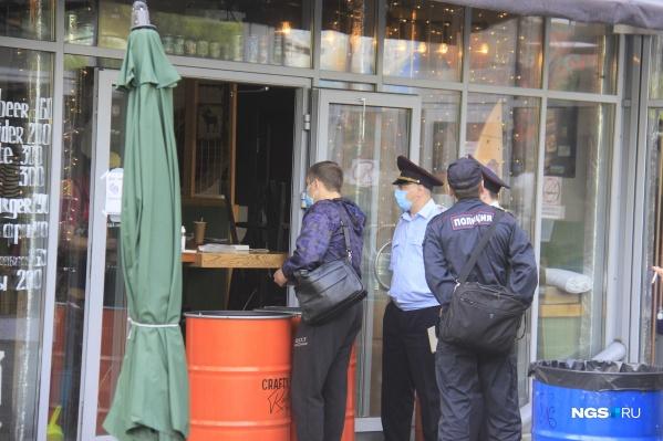 Полицейские сегодня весь день опрашивали работников заведений в ресторанном дворике