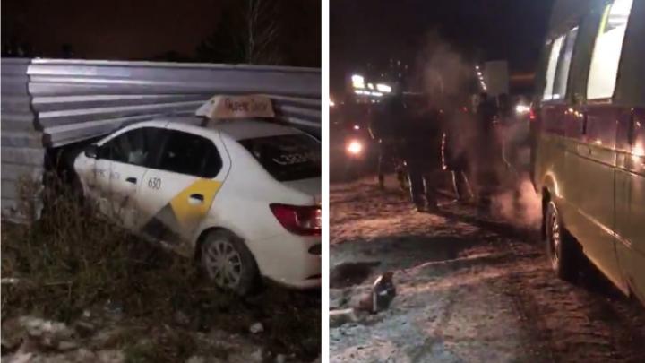 В Заельцовском районе столкнулись два автомобиля такси — очевидцы говорят о пострадавшей