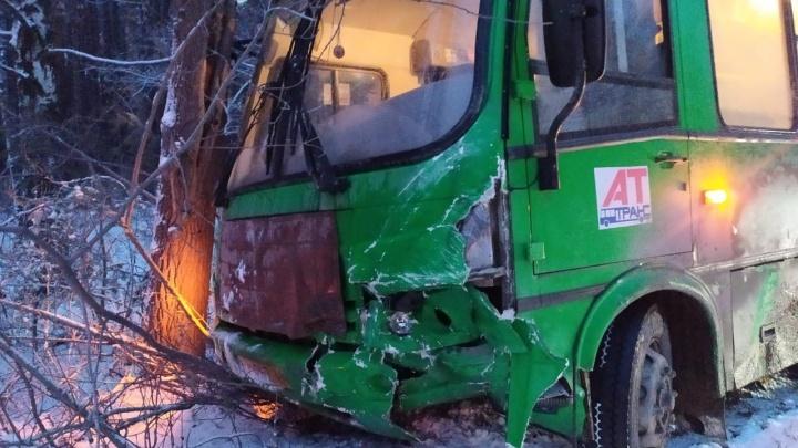 Под Екатеринбургом автобус с пассажирами столкнулся с легковушкой и вылетел в кювет