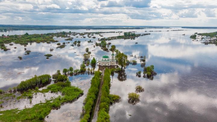Реки без берегов. Как север Прикамья переживает рекордный паводок — в воде дома, магазины, храмы и музеи