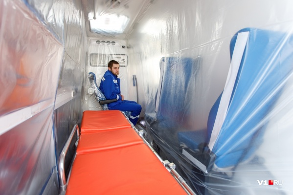 Комплекты противочумных костюмов лежат в каждой машине скорой помощи