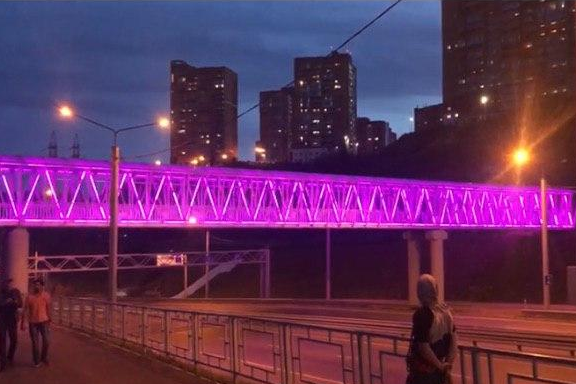 «Самый гламурный мост»: на переходе через Николаевский проспект тестируют подсветку