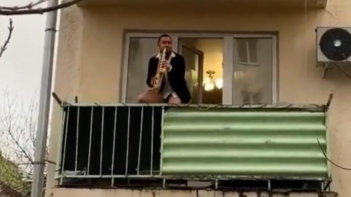Житель Уфы устроил концерт на балконе, чтобы скрасить пребывание в режиме самоизоляции
