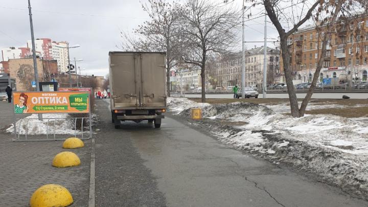 «Я паркуюсь как...»: почему разгрузка на тротуаре очень опасна — пример из Екатеринбурга