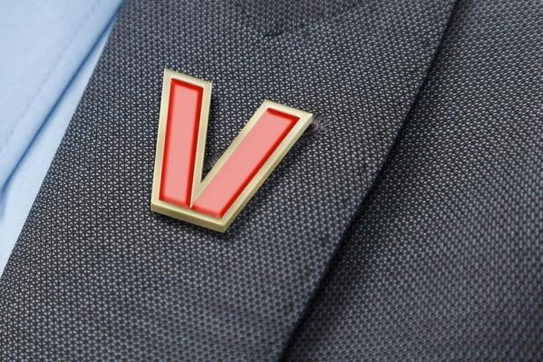 Большинство считают, что «V» не несёт никакой смысловой нагрузки