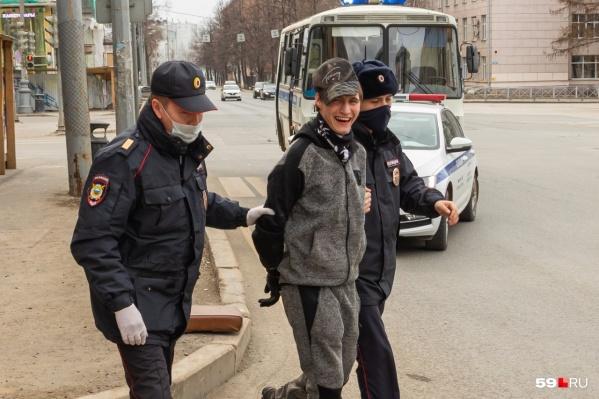 При задержании молодой человек почему-то улыбался