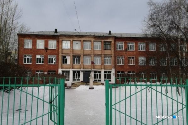 В одной из омских школ вчера, 21 февраля, произошло ЧП: семь девочек увезли на скорых с симптомами отравления. В ходе проверки уже сделаны кое-какие выводы