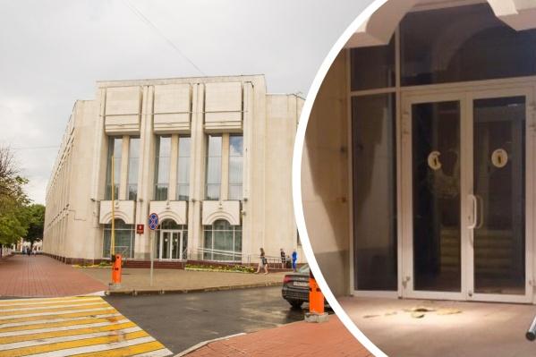 К утру разбитый вход в здание правительства был уже как новенький