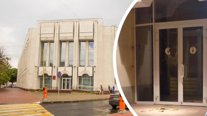 Ночью разбили дверь в здание правительства Ярославской области