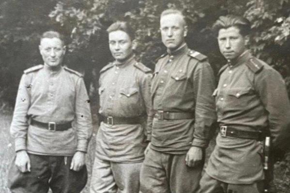Учебная рота, июль 1945 года (второй слева — Алексей Токмаков)