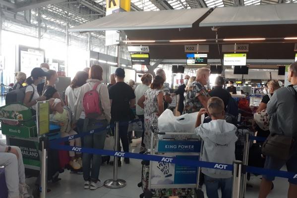 Пассажиры рейса толпятся в аэропорту